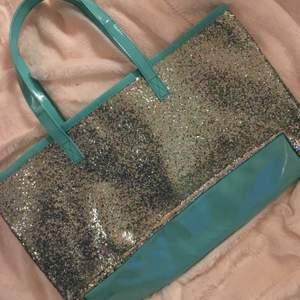 Snyggaste väskan någonsin. Den är i glitter samt turkos latex. I mellan size. One of a kind, skriv vid frågor:)