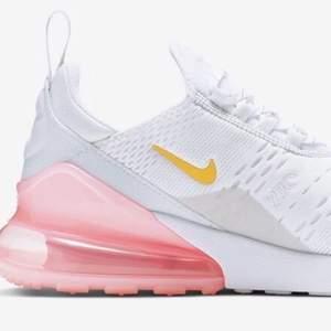 Säljer mina oanvända Nike Air Max 270 i färgen vit & rosa då storleken är lite för stor för mig.                                                  Köpta i London för 1599kr                                        Säljer dem för 599kr