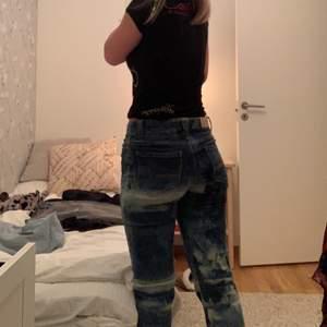 Ett par super coola och unika blekta jeans! Jätte bra skick i bootcut modell