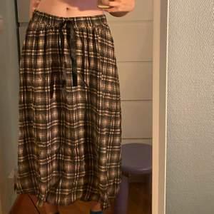 supersöt lite 50-talsvibe kjol, köpt secondhand! säljes pga att jag inte får någon användning av den. vet inte vad för storlek kjolen har men skulle säga (som lågmidjad) strl 34. tyvärr lyckats få hårfärg på dem (se bild 2) 😭 men ingenting som man lägger märke till