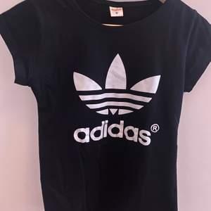 En svart Adidas T-shirt som tyvärr inte kommer till användning längre , frakt tillkommer!