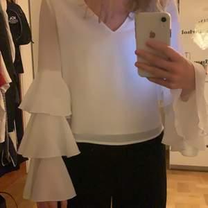 Fantastiskt fin blus från Therese Lindgren x NAKD, använd en gång. Säljer då den tyvärr är för liten. Storlek s