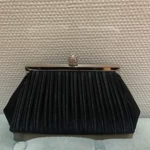 En helt oanvänd kuvertväska som passar perfekt till festliga tillfällen eller en classy look!  Skriv vid frågor ☺️