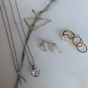 Armbandet & ringarna är guldpläterade, den silvriga ringen är också pläterad. Resten oäkta men perfekt skick. 🌹 Olika priser, fr 25-50kr! 5 kr frakt på allt