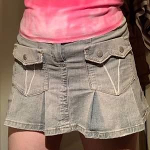 Jätte fin gråblå jeans kjol med Y2k style och fina detaljer. Nästan aldrig använd💞💕 MÅNGA INTRESSERADE SÅ JAG HÖJER PRISET TILL 419kr IST FÖR BUDGIVNING 💘💘