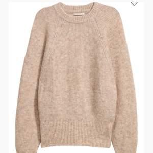 Hej! Säljer en stickad tröja från hm (premium collection) strl 34, näst intill oanvänd så i bra skick! Material: 34% mohair, 34% ull, 27% polyamid, 5% elastan. Om ni har några frågor så är det bara att kontakta mig!💕 Kolla gärna på mina andra inlägg också!!