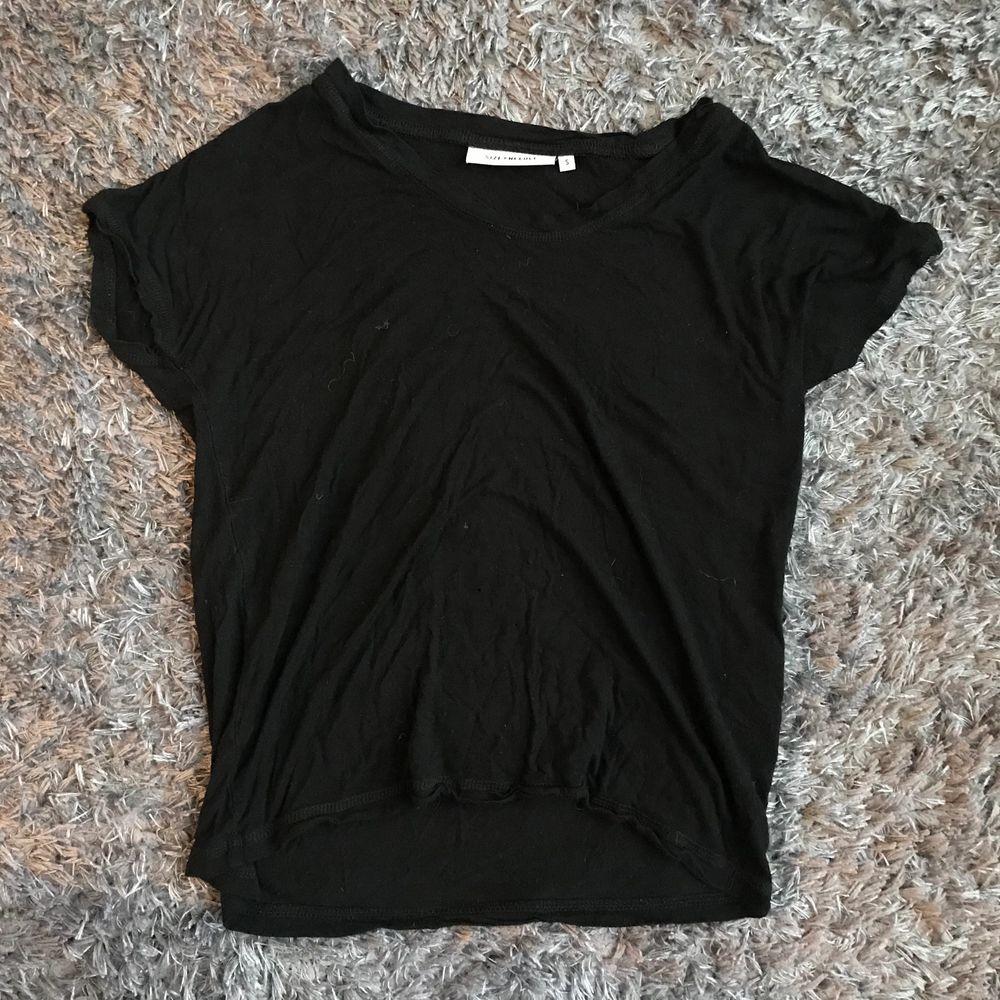 Helt vanlig svart t-shirt utan tryck. Jätte skön och luftig. . T-shirts.
