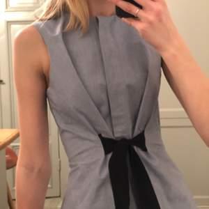Denna super söta klänning köpt på &OtherStories är till salu! Super söt till sommarn men funkar lika bra på vintern med ett par strumpbyxor. Är ganska snålt använd så skicket är på topp. Pris kan diskuteras
