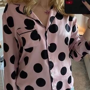 Prickig pyjamas skjorta från victoria secret i storlek xs, siden/satin material så väldigt skön, köpt för 500 kr!