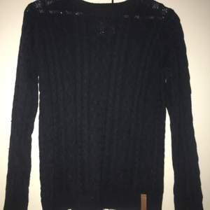 Säljer nu denna supersköna kabelstickade tröjan i en mörkblå färg, storlek 160 men passar absolut xs s, köpt för 4månader sen, använd 2-3gånger, säljer för 70kr + eventuellt frakt eller mötas upp i Rimbo Norrtälje trakterna, kontakta mig för mer info bilder eller om du har någon fråga, så hoppas jag att vi hörs😊