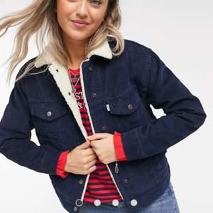 Säljer nu min jacka pga att den är för liten. Försiktigt använt och är i toppskick.köpte den för 1500          Köparen står för frakten