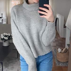 Så fin stickad tröja från hm i storlek XS men passar även S, lite nopprig som ni ser på sista bilden. Frakt tillkommer