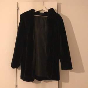 Säljer nu min fina kappa från junkyard i stl s. Den är i ett jättemysigt fluffigt material (bild 3) och har en stor och mysig luva. Endast använd vid 2 tillfällen.