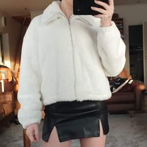 Jättemysig faux fur jacka från missguided i storlek 36/S. Köpt här på Plick, säljer då den tyvärr inte kommit till användning. I bra skick. Säljer för 220 kr, köpare står för frakt. 💖