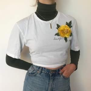 Fin vit t-shirt med en broderad blomma på. Inte använt så mycket och i bra skick. Tunn och luftig vilket är super skönt :)