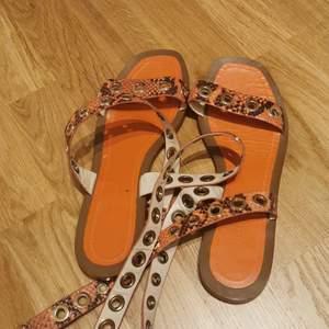 Sommar skor. Aldrig använda. Vid fråger eller andra funderingar så är det bara att skriva 💞 💞