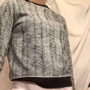 En kenzo sweatshirt i perfekt skick! Passar S och XS beroende på hur du vill den ska sitta :)
