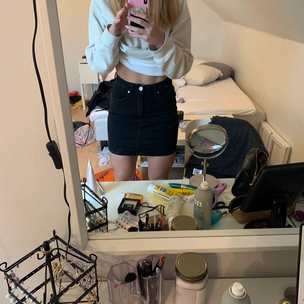 Jättefin kjol från zara som är väldigt lite använd. Är väldigt stretchig och skön men tyvärr har blivit för liten. . Kjolar.