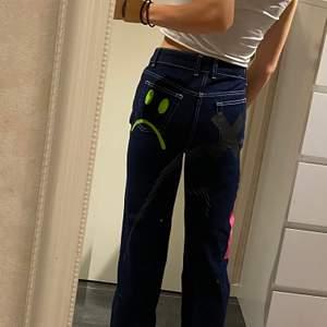 """helt oanvända jeans från asos """"collusion"""" strl W26 L32. bekväma höga i midjan, säljer för att få extra  plats i garderoben, skriv för fler detaljer eller frågor buda"""