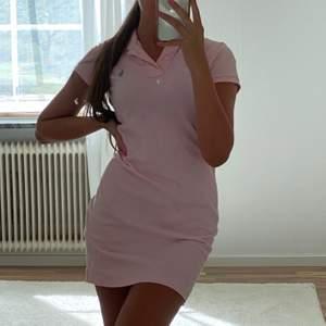 Supersnygg Ralph lauren klänning i fint skick. Storlek xs men den skulle absolut passa en s då den är lite lång på mig som är 166💖 köparen står för frakt