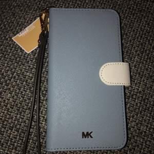 Äkta, aldrig använd Michael Kors mobilfodral med prislappen kvar, köpt i Michael Kors butiken i Köpenhamn. Köparen står för eventuell frakt. Passar IPhone 8Plus och IPhone 7Plus.