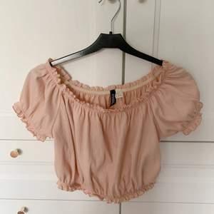 En fin croppad off shoulder top från H&M. 💕 Använd 2-3 gånger typ. Säljer pga inte min stil. Storlek M men skulle säga att den är mer en S :) Säljer för 85 kr + frakt ✨✨