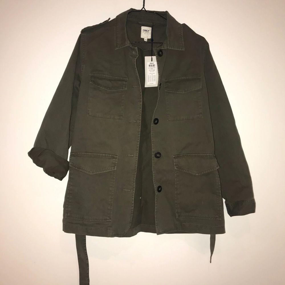Superfin jacka i militärgrön färg, aldrig använd. Jackor.