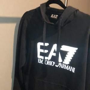 Hej säljer min nya EA7 tröja för den passar inte mig. Har bara haft på mig den ett par gånger så den är nästan som ny. Det är storlek M (Nypris 1000kr)