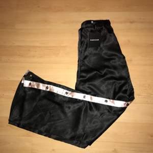 Snygga byxor med knappar där du väljer om du vill ha uppknäppt eller stängt. Prislappen sitter kvar, så de är enbart provade.   Köpta från Jfr.