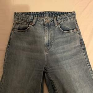 säljer mina populära vida jeans från weekday i modellen ace, då de inte längre kommer till användning. storlek 27/30 i färgen san fran blue, nypris 500kr. använda men i fint skick! billig frakt tillkommer🙈