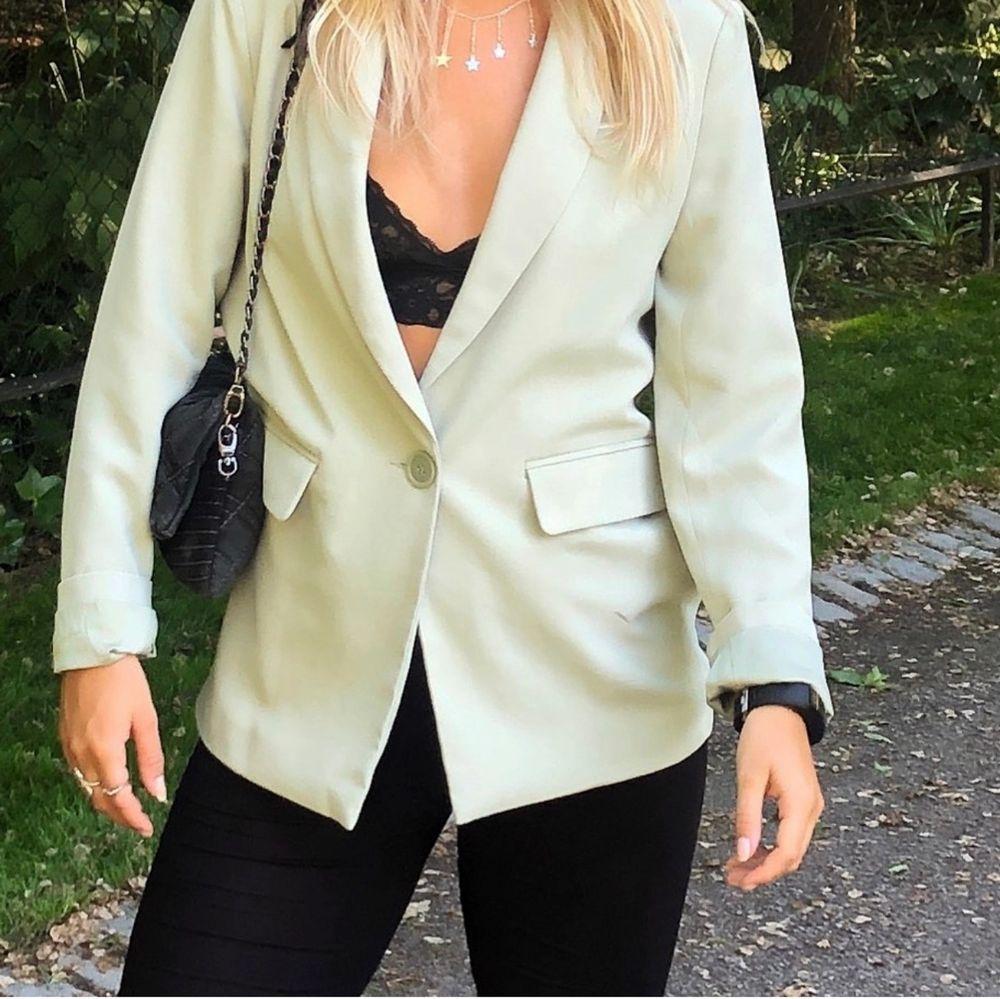 Ljusgrön Nelly IT blazer som tillhör kostymbyxorna i flödet. Storlek: 36. Köptes för 599kr, säljer för 250kr. Använd 1 gång. . Kostymer.