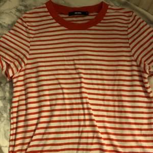 Vit och rödrandig t-shirt i strl XS. Skriv om du vill ha bättre bilder på plagget, tex passform på kroppen osv!