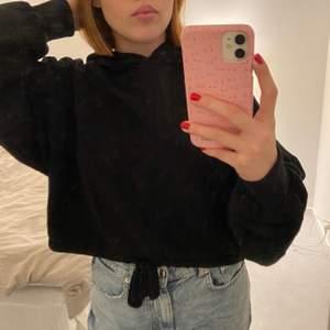 Croppad hoodie från Weekday med snöre nertill där man kan knyta hur hårt / löst man vill! 🖤 Storlek XS men passar även S / M