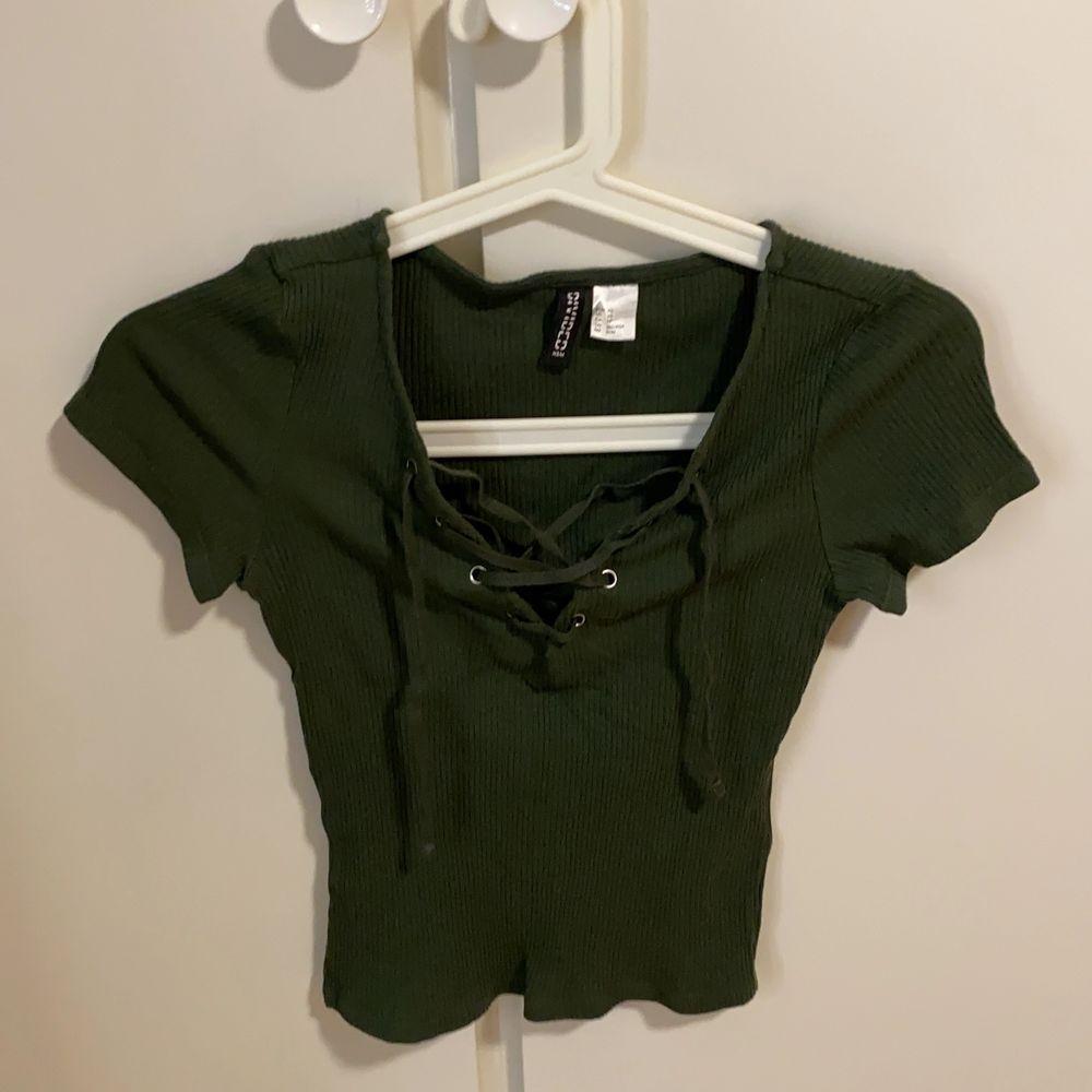En fin tröja med snören, militär grön . T-shirts.