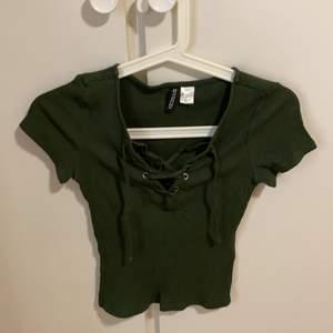En fin tröja med snören, militär grön