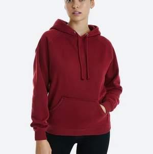 """Vinröd hoodie från bikbok i modell """"Omega cotton"""". Jag har gjort så hoodien slutar precis vid kanten av normalhöga jeans (perfekt längt enligt mig på hoodie). Hoodie är i storlek S ⚡️ Nypris 300kr men säljer för 100kr, kan mötas upp i Linköping annars står köparen för frakt⚡️"""