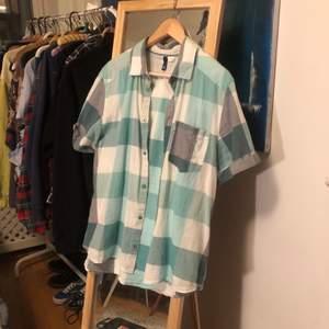 En rutig skjorta i gröna färger. Snygg och skön men har för många liknande