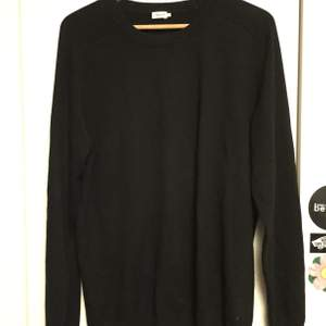 Svart långärmad tröja i kashmir från Filippa K som är oanvänd. Är i storlek large men har passformen av en något mindre large. Säljer då det inte riktigt är min stil. Nypris är ca 1200kr
