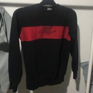 nike röd sweatshirt skriv privat för mer info , högsta budet jag får säljer ja till