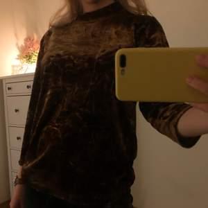 Jätteskön sammetströja med lite krossat mönster. Inte för sval och inte för varm, alldeles perfekt!! Frakt 66 kr❣️ Kan mötas på söder