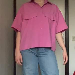 En skit cool rosa skjorta från Weekday, använd en gång. Säljer för att den inte riktigt är min stil längre. Köpt för 400kr. Köparen betalar för frakten🌞