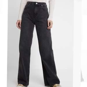 Ett par svarta wide leg jeans ifrån topshop. Väldigt bra kvalite och bra passform. Inköpta för 600kr. Säljer pågrund av att dom kommer för lite till användning. Köparen står för frakten. Pris kan diskuteras.