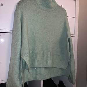 SÖKER en sådan stickade tröja från Gina fast i beige/gräddvit som på 2BILDEN helst XS/S!!! Skriv gärna pm 🤍🌸