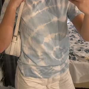 En fin blå tie dye t-shirt från weekday! T-shirten är i storlek xs men jag skulle säga att den passar s också. Köparen står för frakten och vid intresse eller frågor är de bara att skriva!☺️❤️