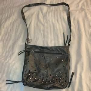 En fin vintage väska i 2000s stil. Har lite sträck av färgförlost(se bild 2). Annars är den i bra skick och har mycket plats.