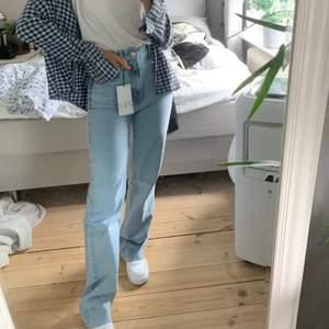 populära jeans fr zara slutsålda på hemsidan! Originallängd så går ner till marken på mig som är 170 cm! Buda💙 minst 20 kr mellan buden💙 köp direkt för 499!