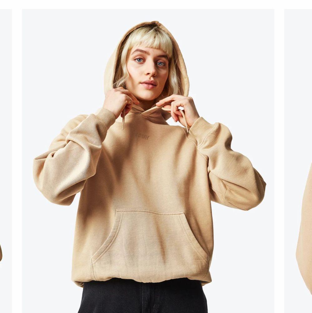 Helt ny! Beige hoodie ifrån stay. Nypris 499:- mitt pris 230 + frakt . Tröjor & Koftor.