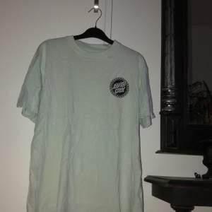 Santa Cruise T-shirt med coolt tryck på både fram och baksida i storlek M. Kontakta mig vid frågor/ fler bilder :)