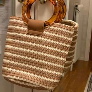 Liten handväska från NA-KD. köpte i somras och använde bara en gång. jättefint skick och supersöt men har alltid med mig så mycket grejer att den är för liten :(