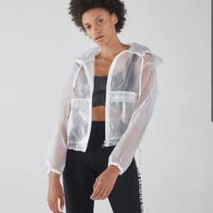 """super snygg transparent Bershka jacka som jag köpte i Bershka butiken i Paris för 400kr. Jackan har aldrig kommit till användning för mig och är som ny. Tycker att den borde hamna hos rätt ägare som gör denna snygga jacka rättvisa! Jag har storlek S, men köpte den i M/L för en """"oversized"""" look."""